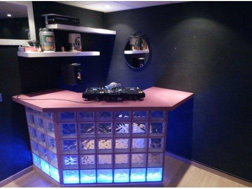 diseño de cabina y barra de bar en vivienda.