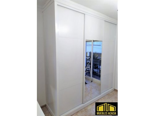 Armario lacado en blanco satinado con espejo central y terminación a techo