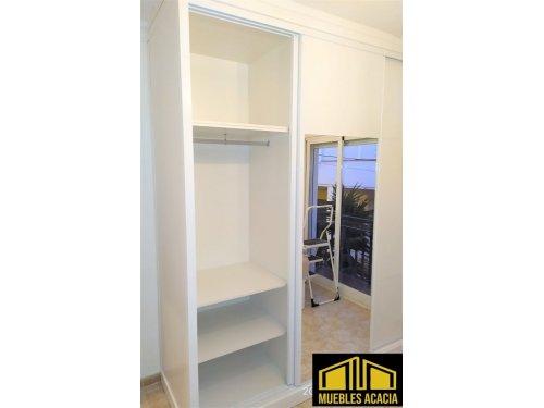 Interior de armario con altillo independiente, dos baldas y barra para colgar ropa