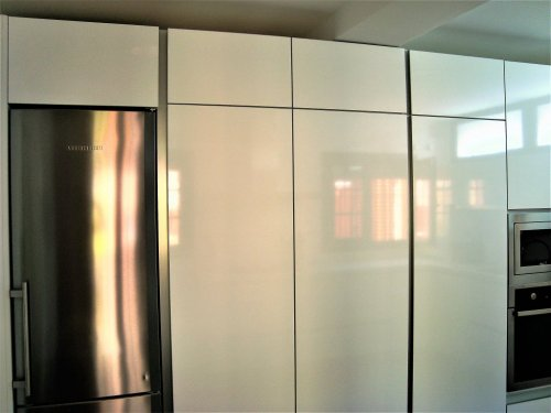 Columnas de despensa de formica brillo.Horno,microondas y frigorifico no frost totalmente integrados en el conjunto.