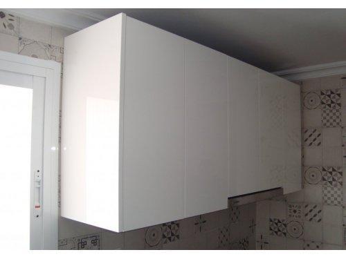 Parte alta de cocina luxe blanco brillo con canto en su color, lleva una campana telescópica integrada, no lleva tiradores a la vista.Las puertas de la campana son push