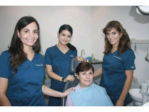 Trato personalizado del dentista en la clinica dental