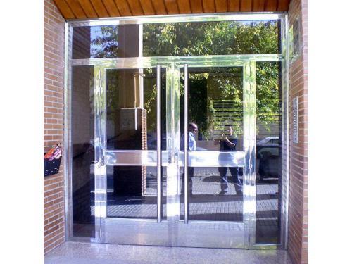 Puerta edificio de viviendas