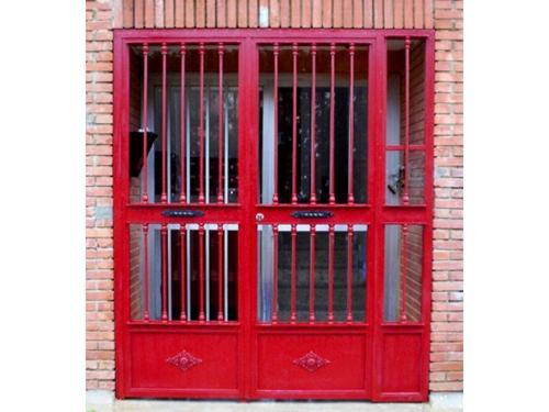 Puerta vivienda en rojo