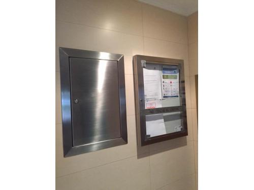 Fabricación de un puerta de registro y un tablón de anuncios, hechos en chapa de acero inox.