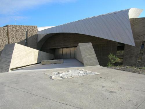 Puente de acceso al interior de las oficinas que están arriba del congresol.Playa de las americas, costa de Adeje, Tenerife