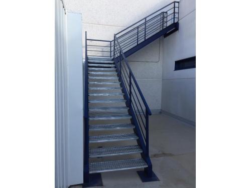 Escalera de hiero y tramex para la subida de entrecubiertas
