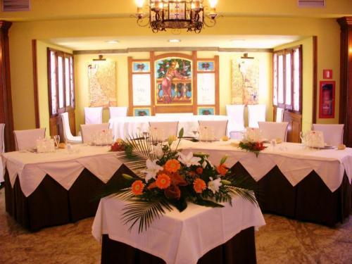 Salón castellano, boda, capacidad 320 comensales.