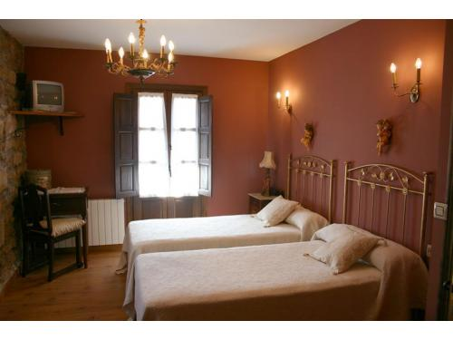 Habitación doble con cuarto de baño.