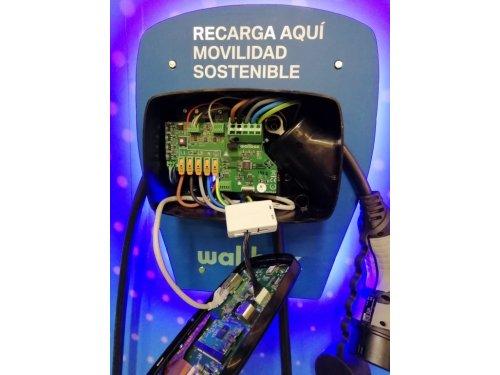 Cargador de coche eléctrico averiado
