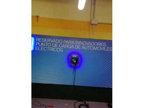 Cargador de coche eléctrico nuevo