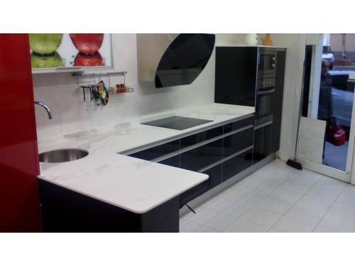Muebles de cocina en formica negro brillo con encimera de NEOLîTH