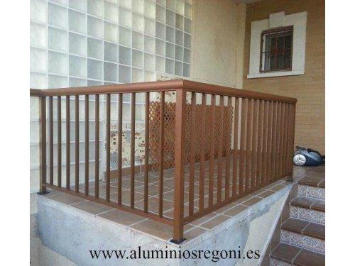 Baranda de aluminio en imitación madera