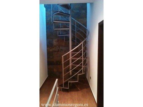Escaleras de caracol con escalón de madera