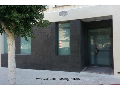Escaparates y puerta de aluminio