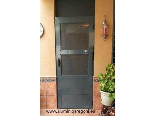 Puerta de aluminio de 1 hoja abatible con zócalo de panel sandwich y mosquitera