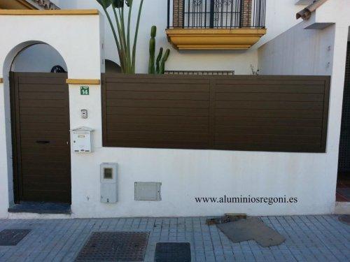 Puerta de aluminio imitación madera y paño fijo