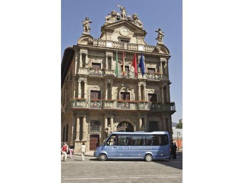 Microbus La Pamplonesa frente ayuntamiento de Pamplona