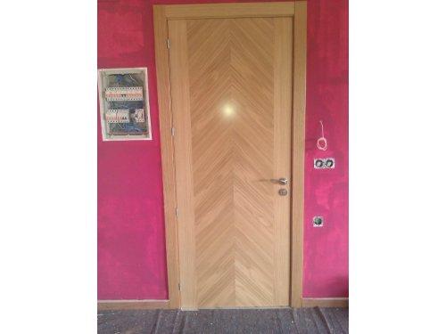 puerta en roble barnizado castalla