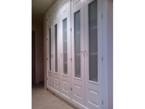 armario con puertas lacadas blancas