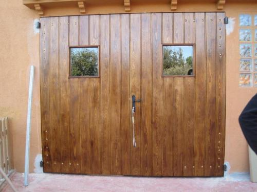 Suministro y colocación de puerta de madera en Orrius