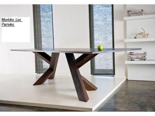 Mesa de comedor en castaño con tapa de marmol gris